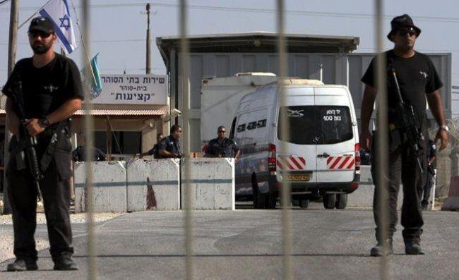سلطات الاحتلال تفرج عن ثلاثة أشقاء من الخليل وآخر من جنين
