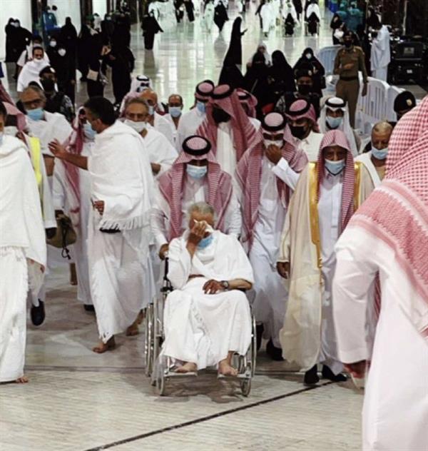 الأمير خالد الفيصل يؤدي مناسك العمرة