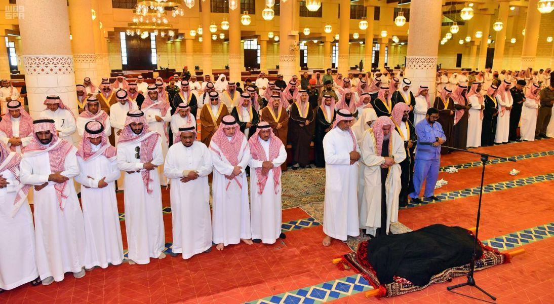 أمير الرياض يؤدي صلاة الميت على والدة الأمير فيصل بن فهد