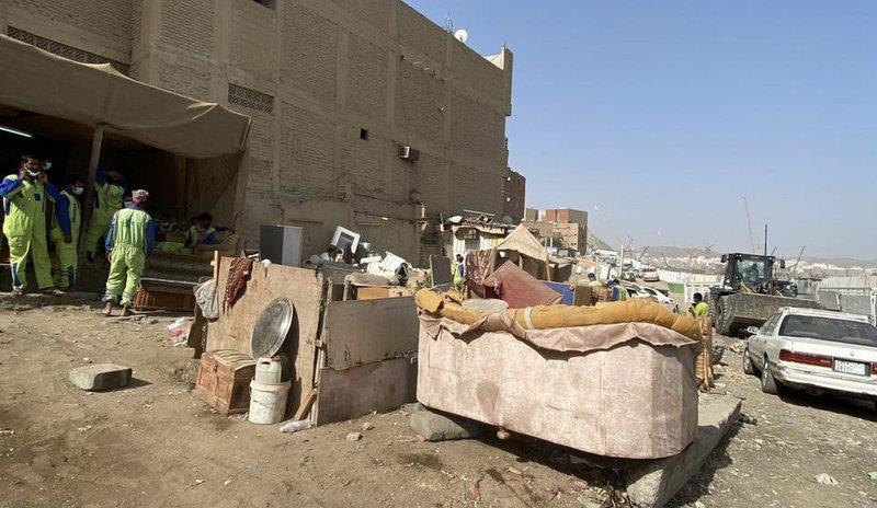 """بالصور.. مصادرة وإتلاف خردوات وأدوات منزلية بـ""""مسفلة مكة"""""""