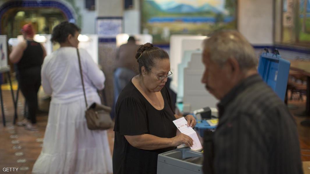لاتينيون يصوتون في أحد المراكز الانتخابية في كاليفورنيا