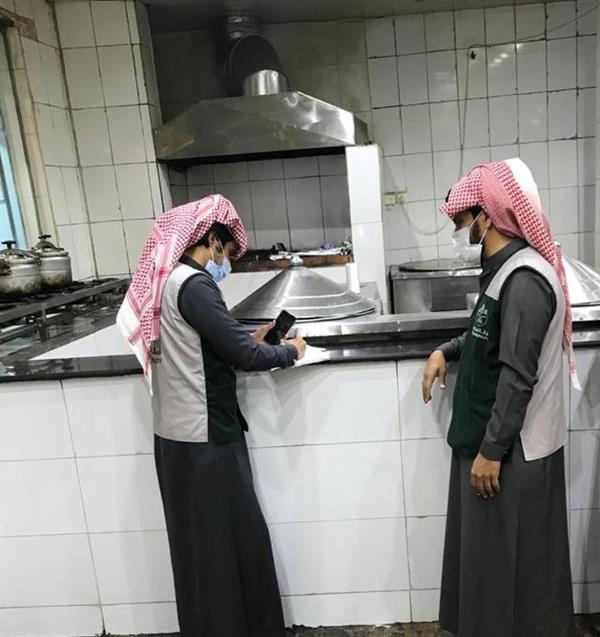 صور.. ضبط مخالفات للاشتراطات الصحية بمطاعم ومطابخ الهدا بالطائف