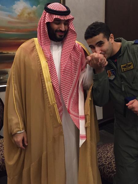 أخبار 24 بالصورة خالد بن سلمان يقب ل يد وزير الدفاع قبيل
