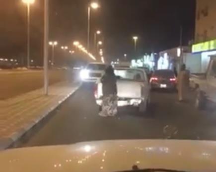 في فيديو عفوي وطريف.. مسنة تعلق وسط الزحام أثناء قيادتها سيارتها في حائل