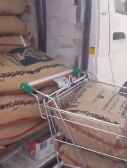 """""""التجارة"""" تتفاعل مع مقطعي فيديو لتعبئة مواد غذائية داخل مركبتين"""