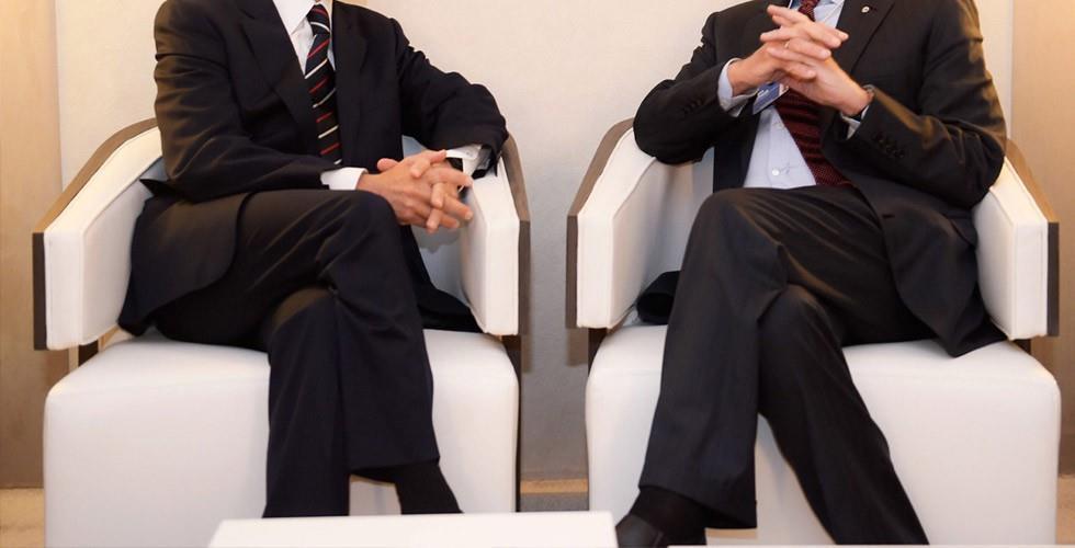 3- الجلوس بوضع تشابك الأرجل: رغم أنها وضعية مريحة لكنها يمكن أن ترفع ضغط الـدم بشكل مؤقت بنسبة 10%، كما أنها تؤدي لتجمع الـدم
