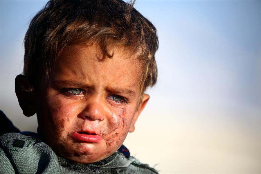 طفل سوري في مخيم مؤقت للاجئين في قرية عين عيسى أقيم للهاربين من الرقة في 25 مارس