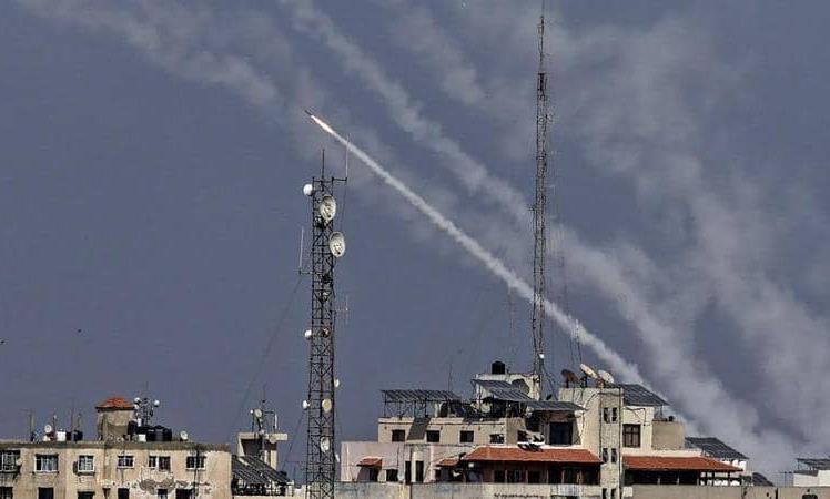 حماس تطلق 130 صاروخا ردا على اغتيال قادتها وتدمير برج جديد