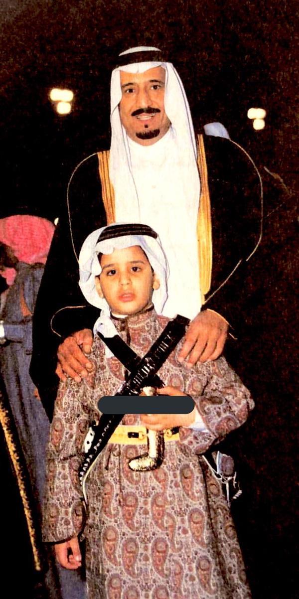 ولي العهد وهو طفل برفقة والده الملك سلمان