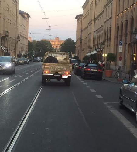 """اماراتي يقود سيارته """"الشاص"""" بتهور في دولة أوروبية"""