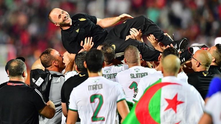 مدرب الجزائر: أحتاج مراجعة طبيب العيون لأرى تشجيع المصريين لنا (فيديو)