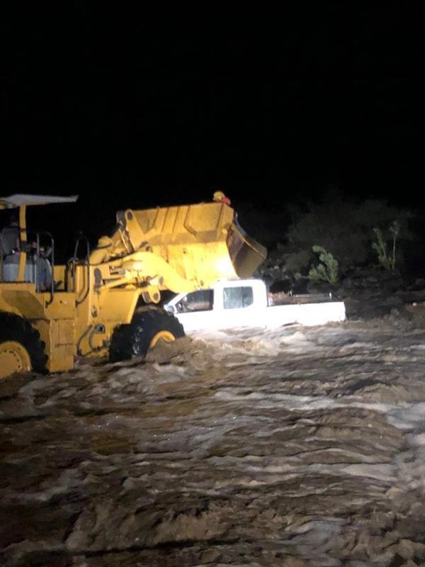 إنقاذ عائلة احتجزتها مياه السيول وسط وادي أضم