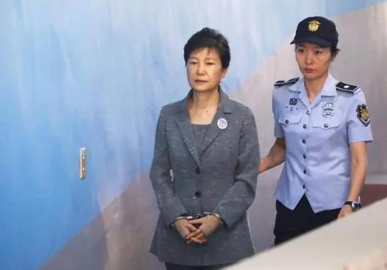 حكم نهائي.. السجن 20 عامًا والغرامة لرئيسة كوريا الجنوبية السابقة