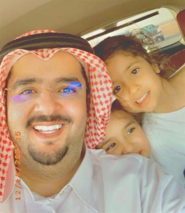 """""""سيلفي"""" للأمير عبد العزيز بن فهد وابنتيه"""