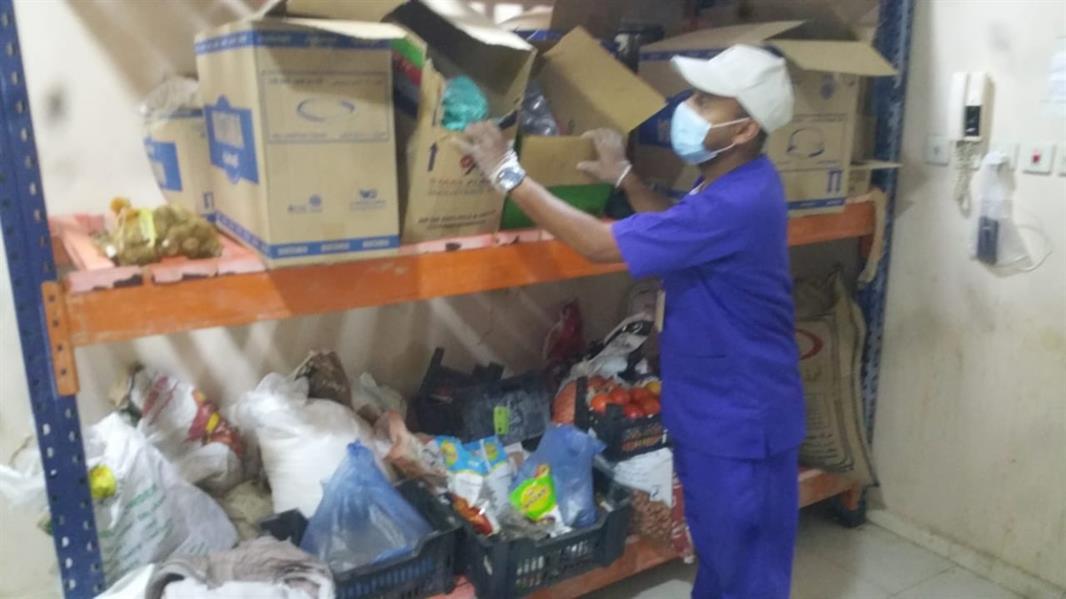 ضبط عمالة متورطة في نقل أطعمة من مبنى سكني مخالف للشروط الصحية بالأحساء