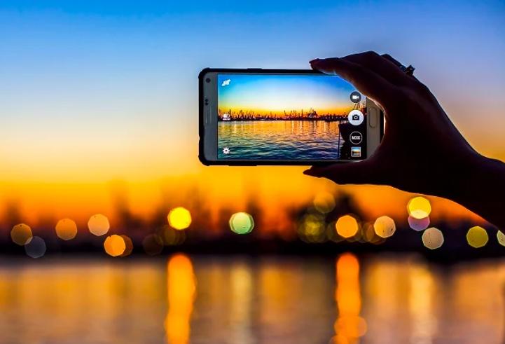 """مصور فوتوغرافي يوضح الفرق بين كاميراتي """"الجوال"""" و""""الاحترافية"""" وهل ستختفي الأخيرة مستقبلاً"""