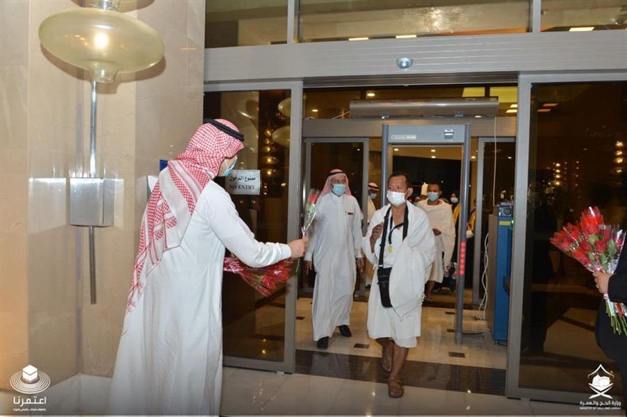 يخضعون للعزل 3 أيام قبل التوجه للحرم.. وصول معتمرين من باكستان وإندونيسيا إلى فنادق مكة