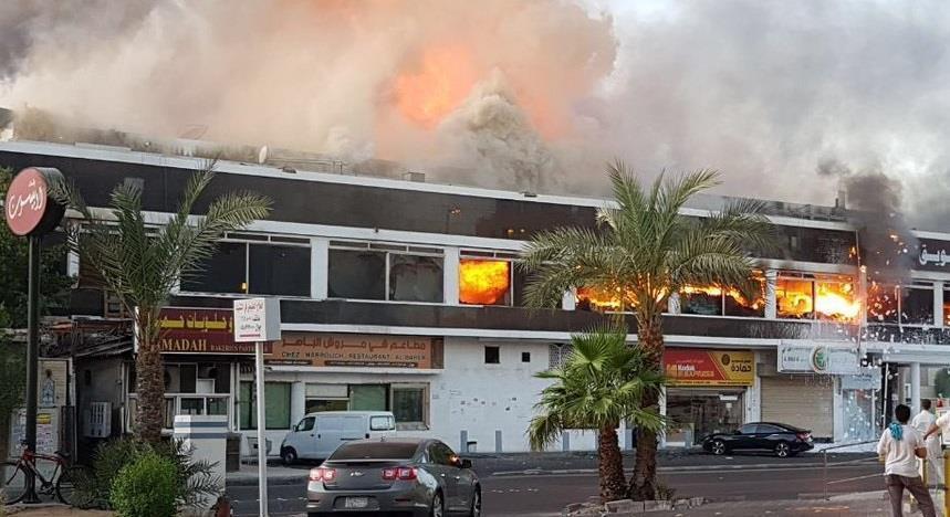 """""""الدفاع المدني"""" يوضح حقيقة وجود شبهة جنائية في حريق المركز التجاري بحي الحمراء بجدة"""