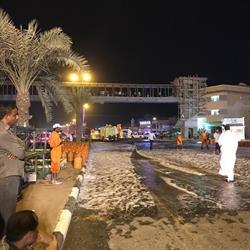 شاهد.. تجمهر عشرات الأطفال على جسر خَطِر تحت الإنشاء لمتابعة حادث انقلاب شاحنة في جازان