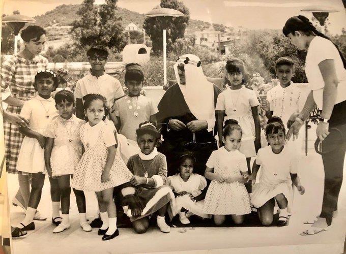 صورة نادرة للملك سعود مع بناته الصغيرات خلال زيارة لليونان