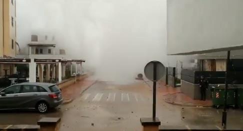 موجات عالية تضرب شواطئ جزيرة مايوركا الإسبانية وتصل إلى المنازل