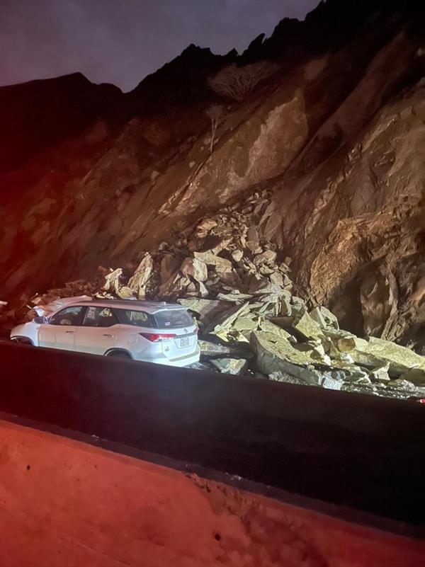 """انهيار صخري على طريق """"محايل ـ أبها"""" يتسبب بإصابة شخصين (صور)"""