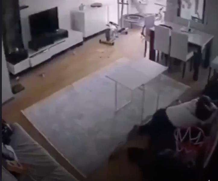 مشهد مؤثر لأم تحاول حماية طفلها أثناء الزلزال الذي ضـرب تركيا