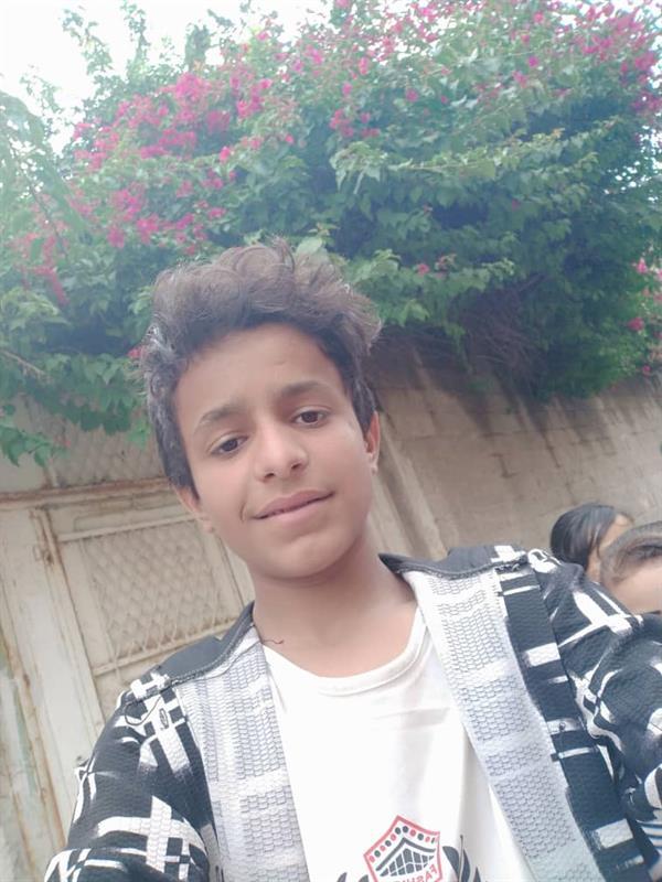 تصرف نبيل من فتى يمني تجاه مشرد يجعله حديث الشارع ومنصات التواصل.. وفيديو يرصد القصة