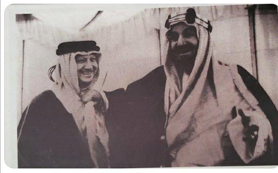 """صورة تاريخية نادرة للملك عبدالعزيز وهو يمازح رئيس """"أرامكو"""""""