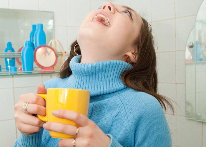"""5 فوائد لاستخدام """"الغرغرة بالماء والملح"""" .. تعرف عليها"""