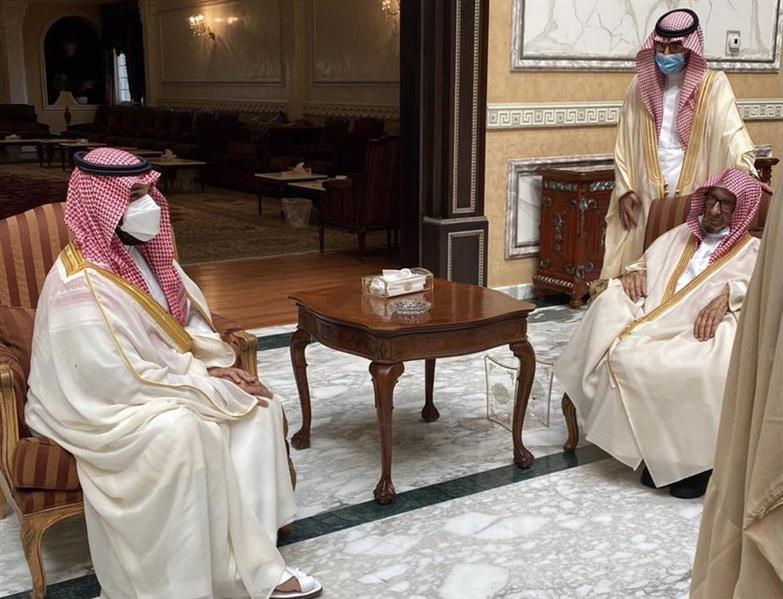 ولي العهد يزور الشيخ ناصر الشثري في منزله لتهنئته بحلول عيد الفطر