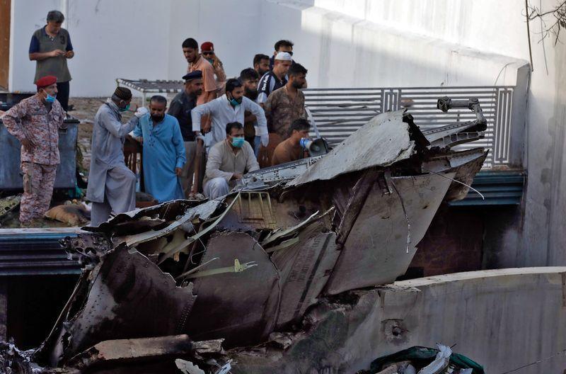 الطائرة الباكستانية المتحطمة