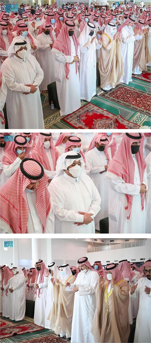 أمير المنطقة الشرقية يؤدي صلاة الميت على والدة الأمير عبدالعزيز بن عبدالرحمن بن عبدالعزيز.