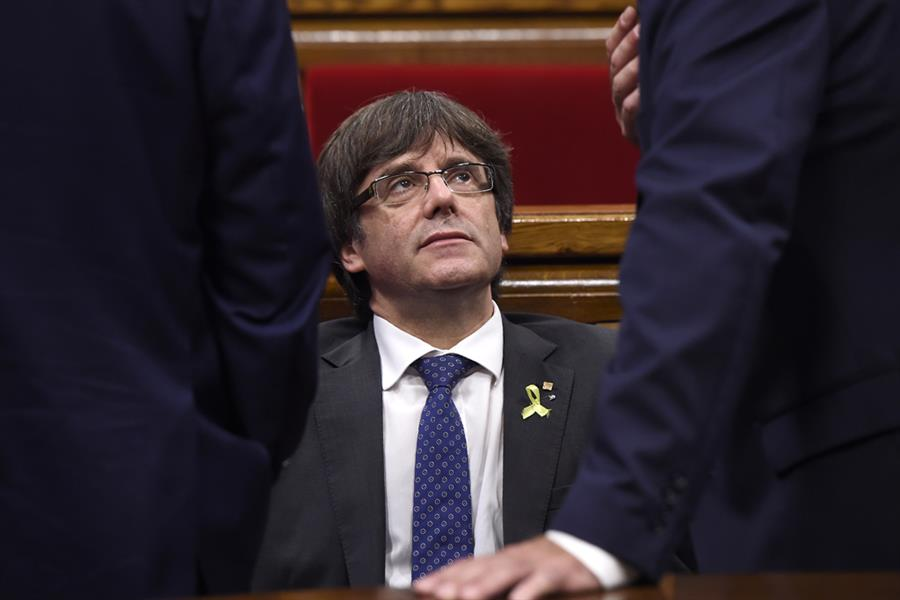 رئيس كاتالونيا كاليس بويغديمونت (اللاجئ في بروكسل) خلال جلسة للبرلمان الكتالوني في برشلونة في 27 أكتوبر لدراسة الرد على خطة ال