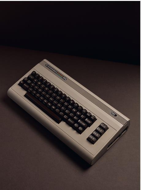 """انطلقت النسخة التالية """"كومودور 64"""" عام 1981، وكان من بين الحواسب المنزلية الأولى والأكثر نجاحاً وشهرة."""