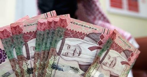 امرأة لديها وديعة في بنك إسلامي وتأخذ عليها مبلغاً غير محدد فما الحكم؟