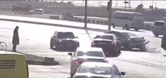 دد كبير من السيارات تعكس السير وتتسبب في فوضى مرورية وحادث تصادم بالرياض