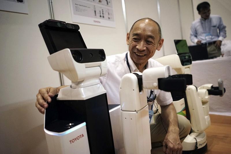 """بالصور.. """"تويوتا"""" تطور روبوتا لمساعدة غير القادرين على الحركة"""
