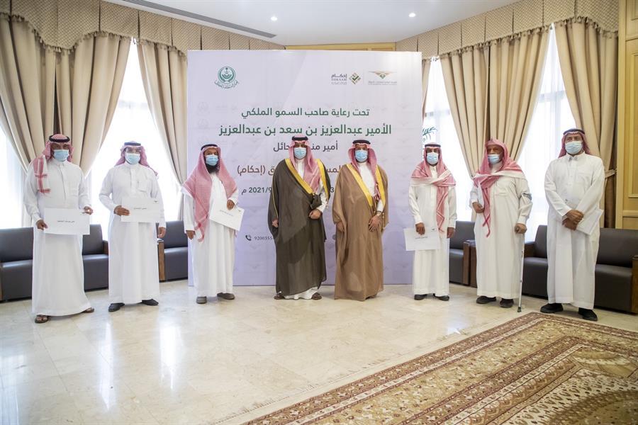 """أمير حائل يسلم مواطنين وثائقهم المنجزة لتملك العقارات عبر """"إحكام"""""""