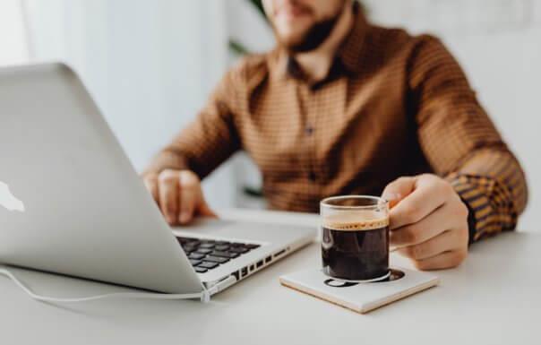 متى تنام استراحة القهوة في الليل؟  أجابت دراسة حديثة