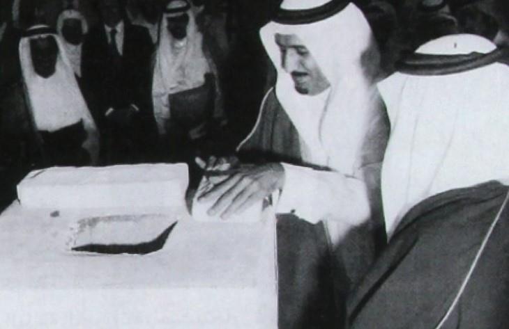 صورة للملك سلمان يضع حجر أساس مشروع الطاقة الشمسية بالعيينة حينما كان أميراً للرياض
