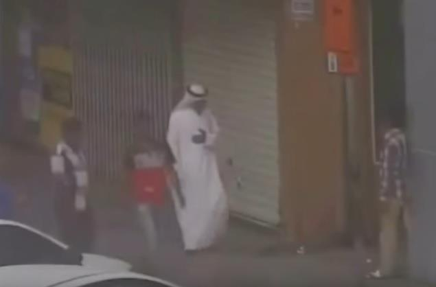 بالفيديو.. شرطة دبي تنقذ مواطناً تعرض لأزمة قلبية دون أن يطلب المساعدة