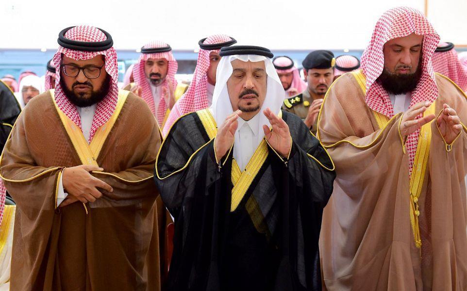 أمير الرياض والمفتي يتقدمان المصلين على جنازة الشيخ صالح السدلان (صور)