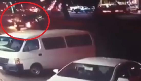 قائد مركبة يعترض الطريق بسيارته ويتسبب بحادث لانقاذ امرأة وطفلتها من الدهس