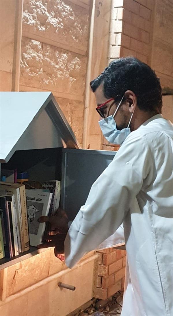 لتعزيز القراءة.. معلم بالقطيف يبتكر فكرة على سور منزله لتبادل الكتب مع الأهالي