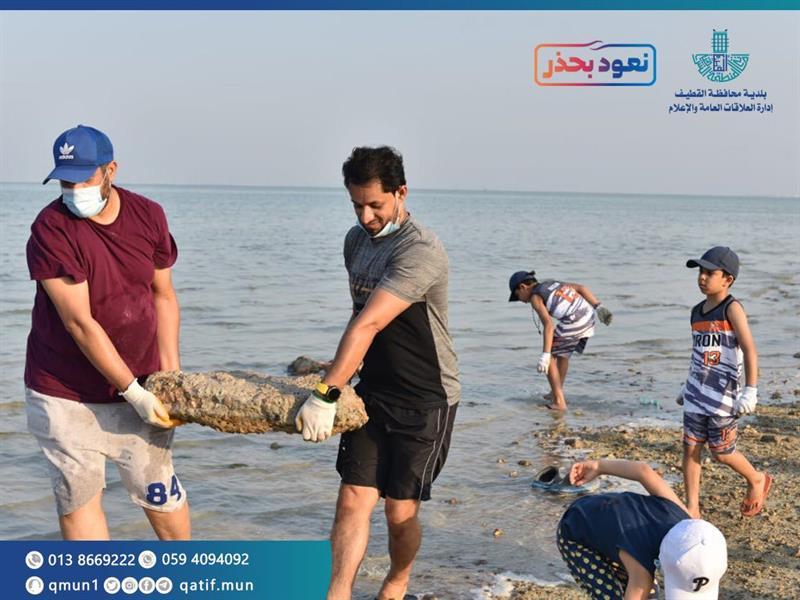 بمشاركة 300 متطوع.. بلدية تاروت تبدأ حملة لتنظيف شاطئ الرملة