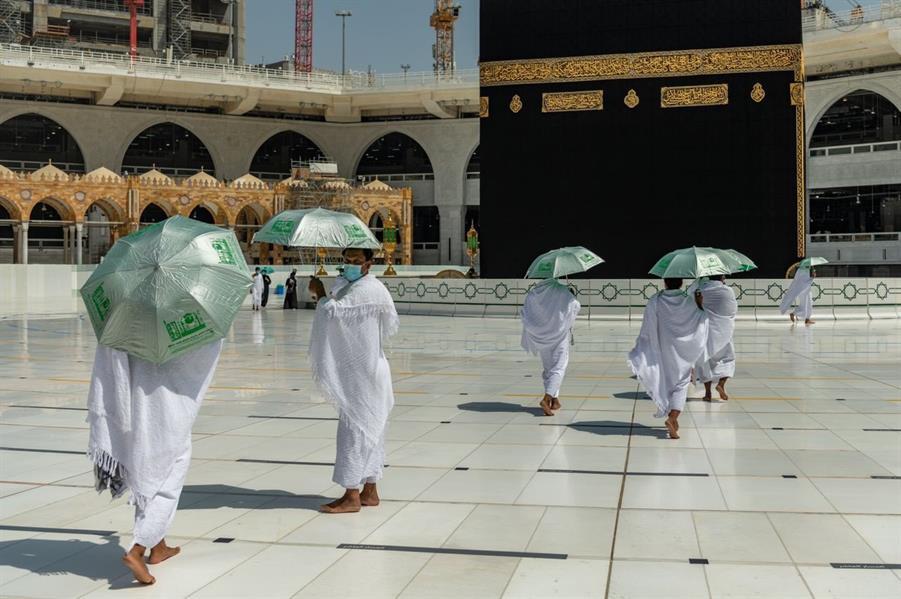 """""""رئاسة الحرمين"""" توزع المظلات على المعتمرين"""