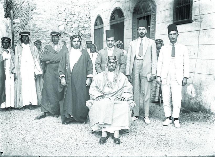 الملك عبدالعزيز مع البعثة الطبية بعد إجرائه عملية بالعين عام 1344هـ