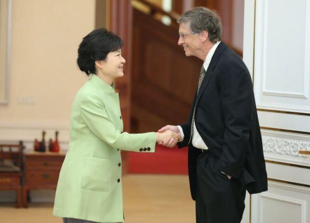 بيل جيتس يصافحته رئيسة كوريا