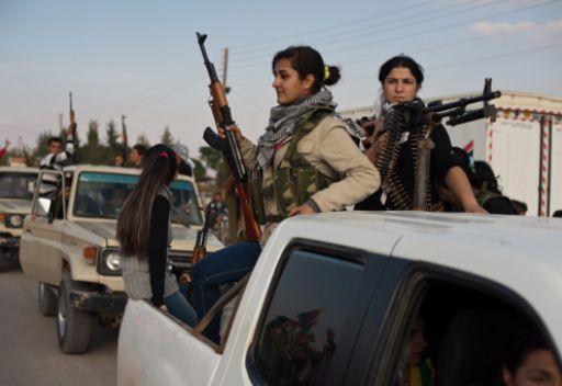 كرديات يحملن السلاح الى جانب رفاقهم الرجال شمال-شرق سورية